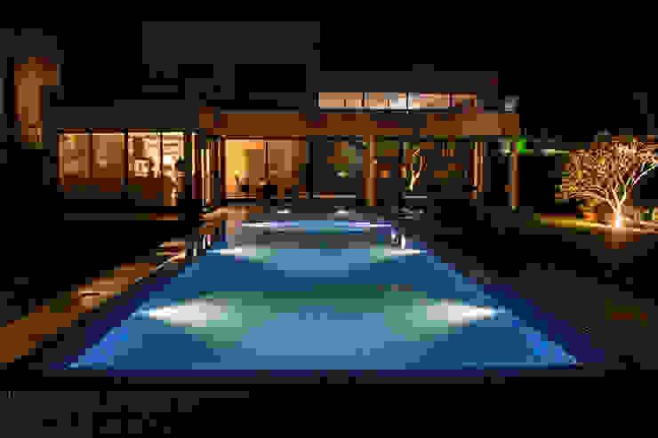 Hồ bơi phong cách tối giản bởi Loro Arquitetura e Paisagismo Tối giản