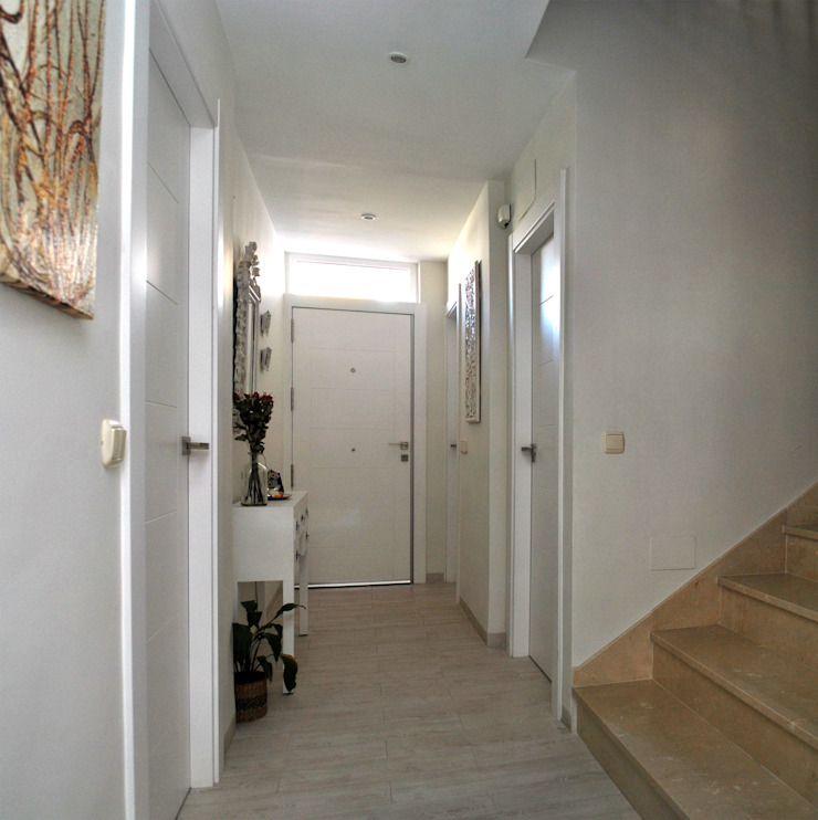 BALLESTEROS BLANCA ARQUITECTURA Y CONSTRUCCION Modern Corridor, Hallway and Staircase