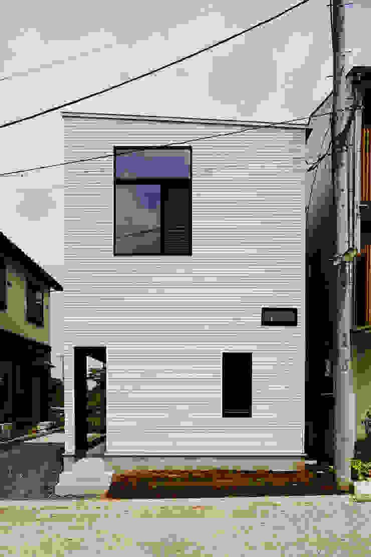 汚れが付きににくい白いリブの外壁 モダンな 家 の 一級建築士事務所 笹尾徹建築設計事務所 モダン