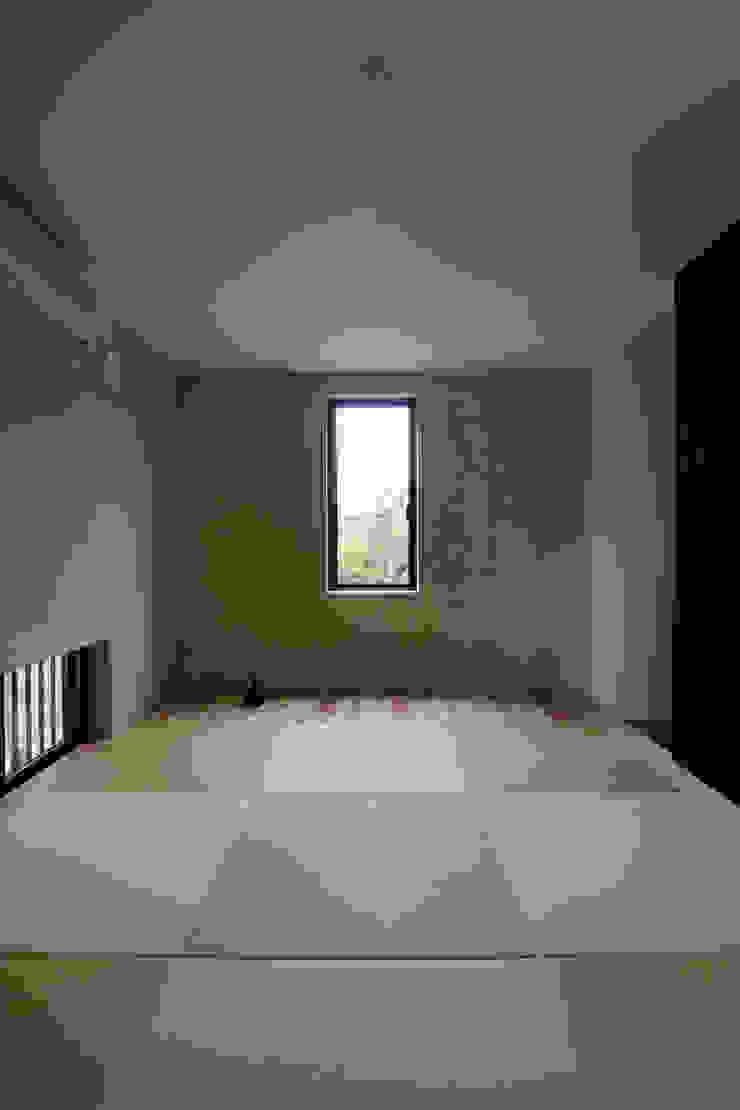 自然素材を生かした珪藻土壁の和室 モダンスタイルの寝室 の 一級建築士事務所 笹尾徹建築設計事務所 モダン