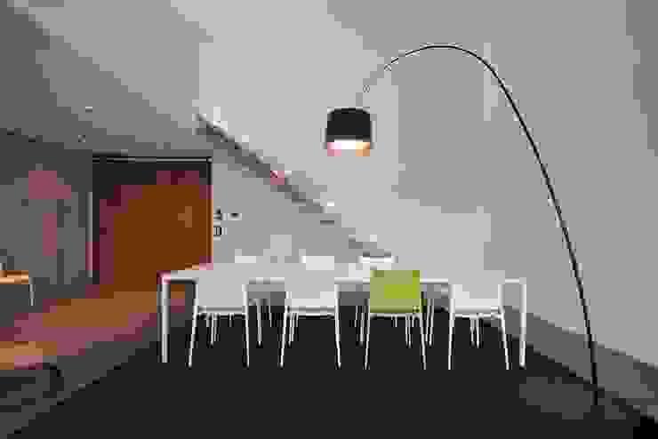 Minimalistyczna jadalnia od lc[a] la croix [architekten] Minimalistyczny