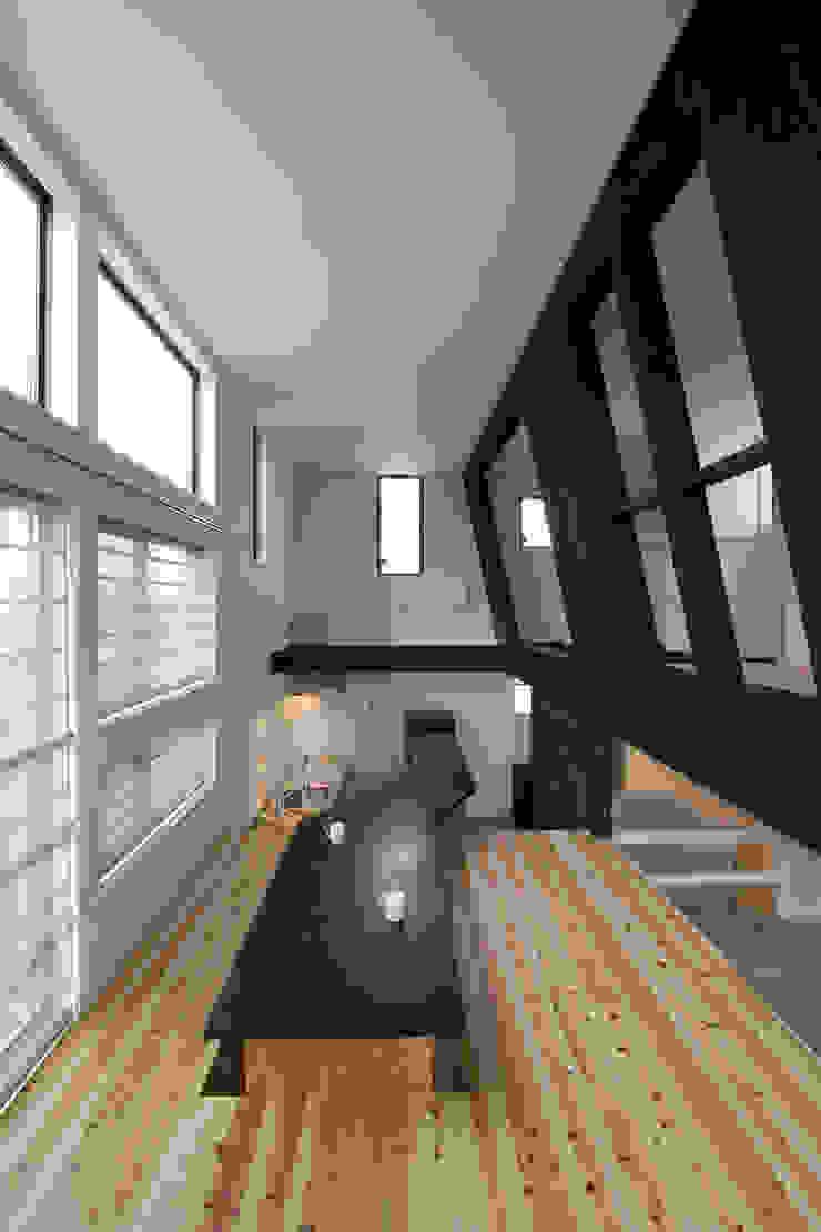 子供室が浮かぶリビング モダンデザインの リビング の 一級建築士事務所 笹尾徹建築設計事務所 モダン