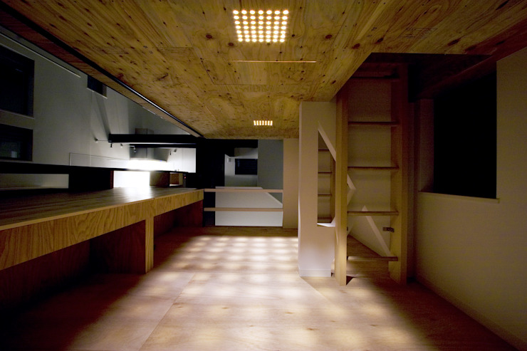 リビングに沈む立体的な子供室 モダンデザインの 多目的室 の 一級建築士事務所 笹尾徹建築設計事務所 モダン