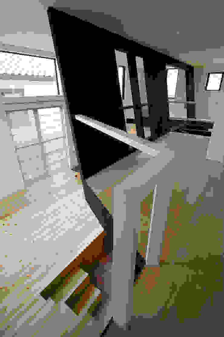 開放的なリビングと子供室 モダンデザインの リビング の 一級建築士事務所 笹尾徹建築設計事務所 モダン