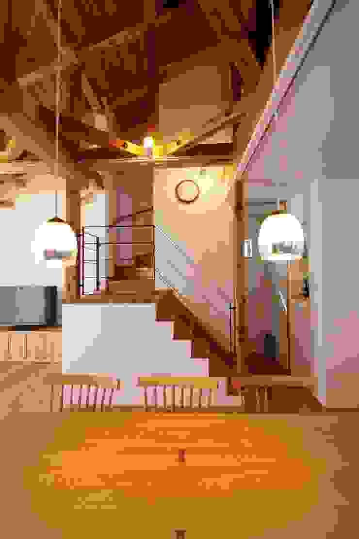 階段 和風デザインの リビング の 加藤一高建築設計事務所 和風