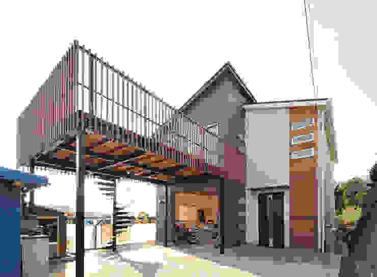 現代房屋設計點子、靈感 & 圖片 根據 株式会社ビルドアート 現代風