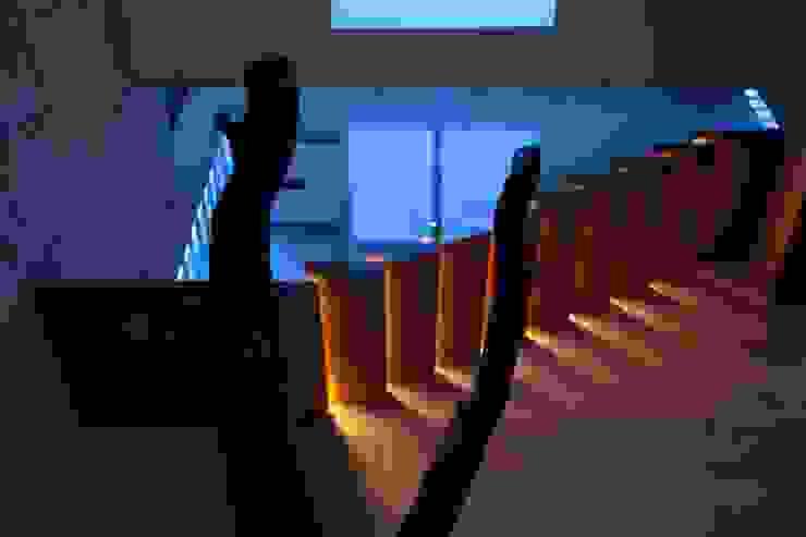 Iluminación Escalera Pasillos, vestíbulos y escaleras modernos de Código Z Arquitectos Moderno