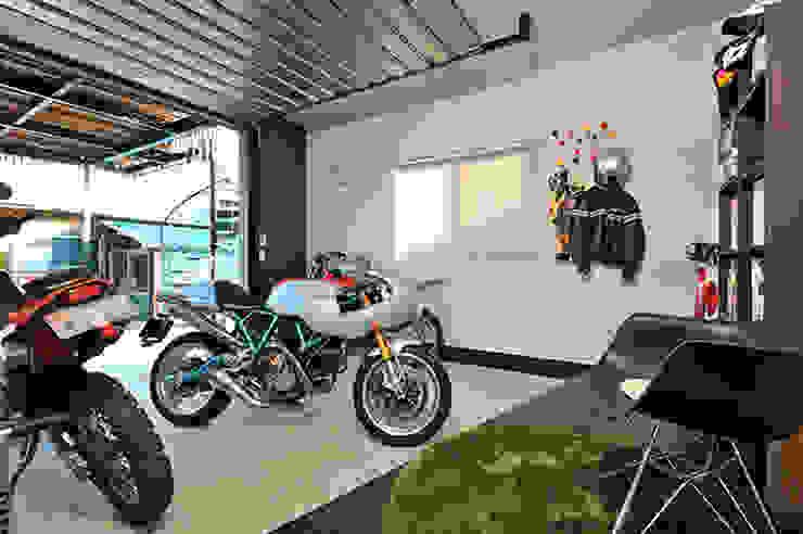大空間のウッドデッキはプライベートパーク モダンデザインの ガレージ・物置 の 株式会社ビルドアート モダン