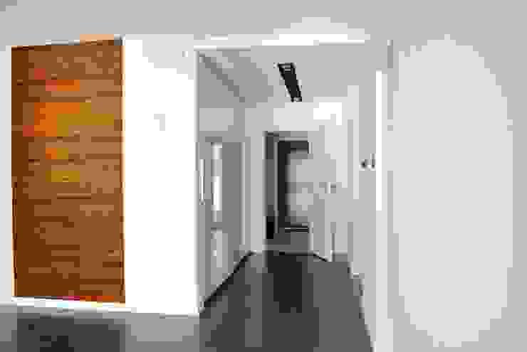 Projekt wnętrza domu w Łodzi Nowoczesny korytarz, przedpokój i schody od Projektowanie wnętrz Berenika Szewczyk Nowoczesny