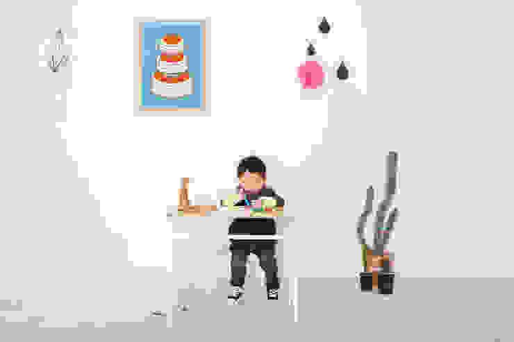 school desk & chair: wie ein KINO의 현대 ,모던