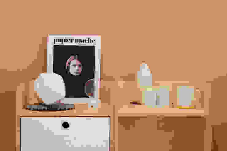 beside table: wie ein KINO의 현대 ,모던