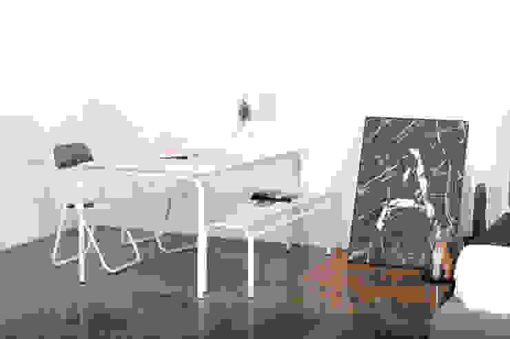 edelweiss desk & chair: wie ein KINO의 현대 ,모던