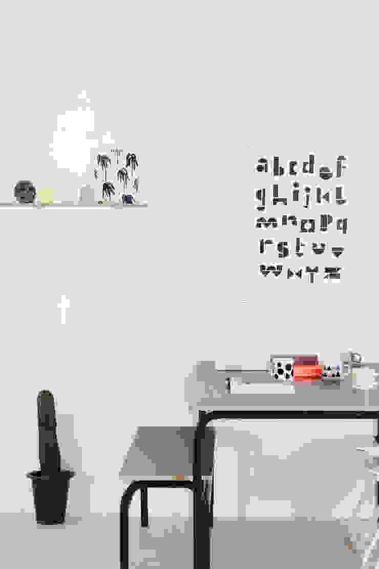NOIR edelweiss desk & chair: wie ein KINO의 현대 ,모던