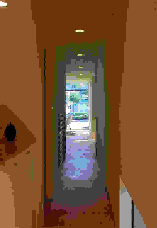 Modern corridor, hallway & stairs by 畠中 秀幸 × スタジオ・シンフォニカ有限会社 Modern