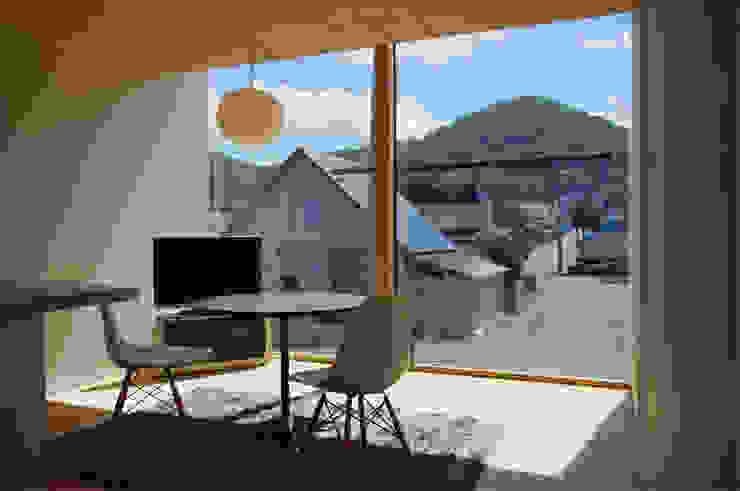 Modern living room by 畠中 秀幸 × スタジオ・シンフォニカ有限会社 Modern