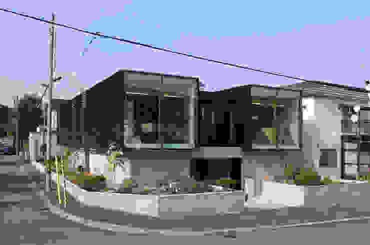 Modern houses by 畠中 秀幸 × スタジオ・シンフォニカ有限会社 Modern