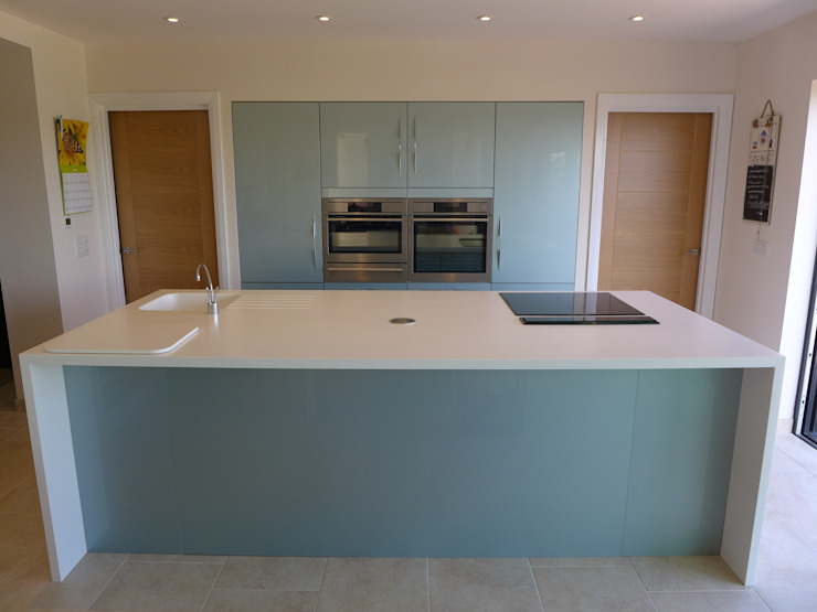 Ice-Blue Gloss Kitchen Moderne Küchen von Style Within Modern