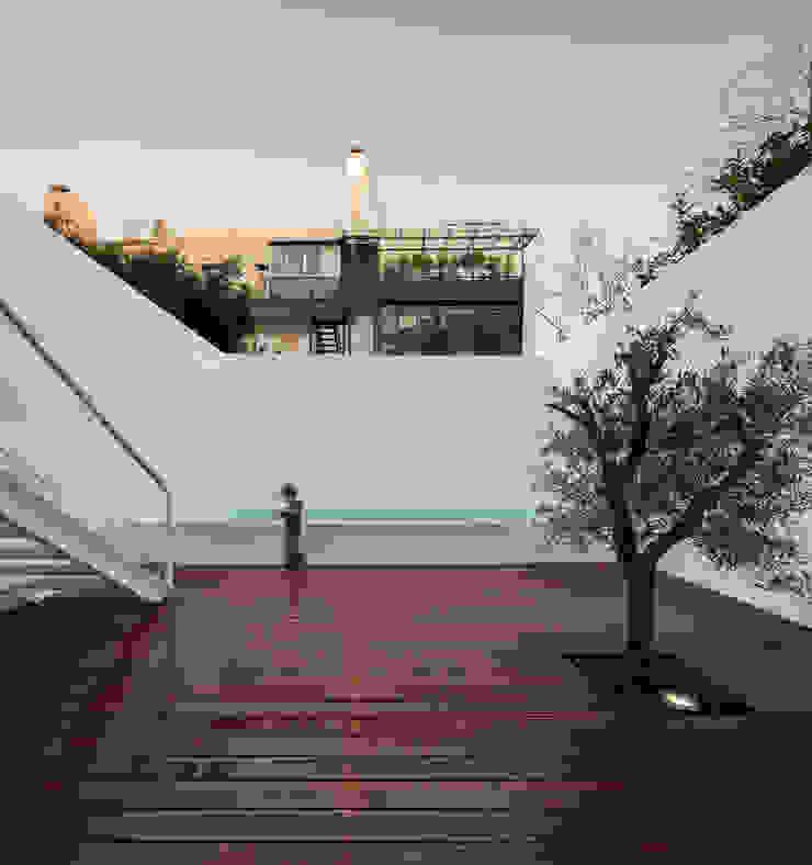Lapa Building minimalist style balcony, porch & terrace by João Tiago Aguiar, arquitectos Minimalist