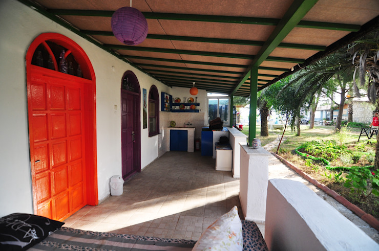 Balkon, Beranda & Teras Gaya Mediteran Oleh Angora Camping Mediteran