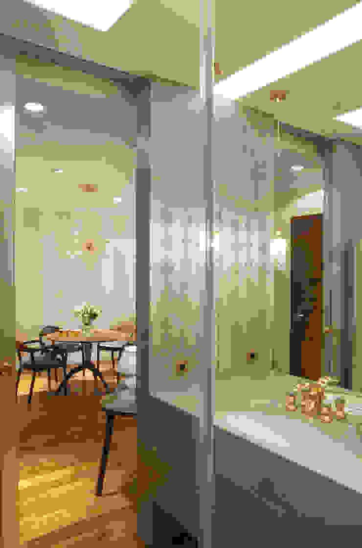 Lazienka - widok na jadalnie Eklektyczna łazienka od SAFRANOW Eklektyczny