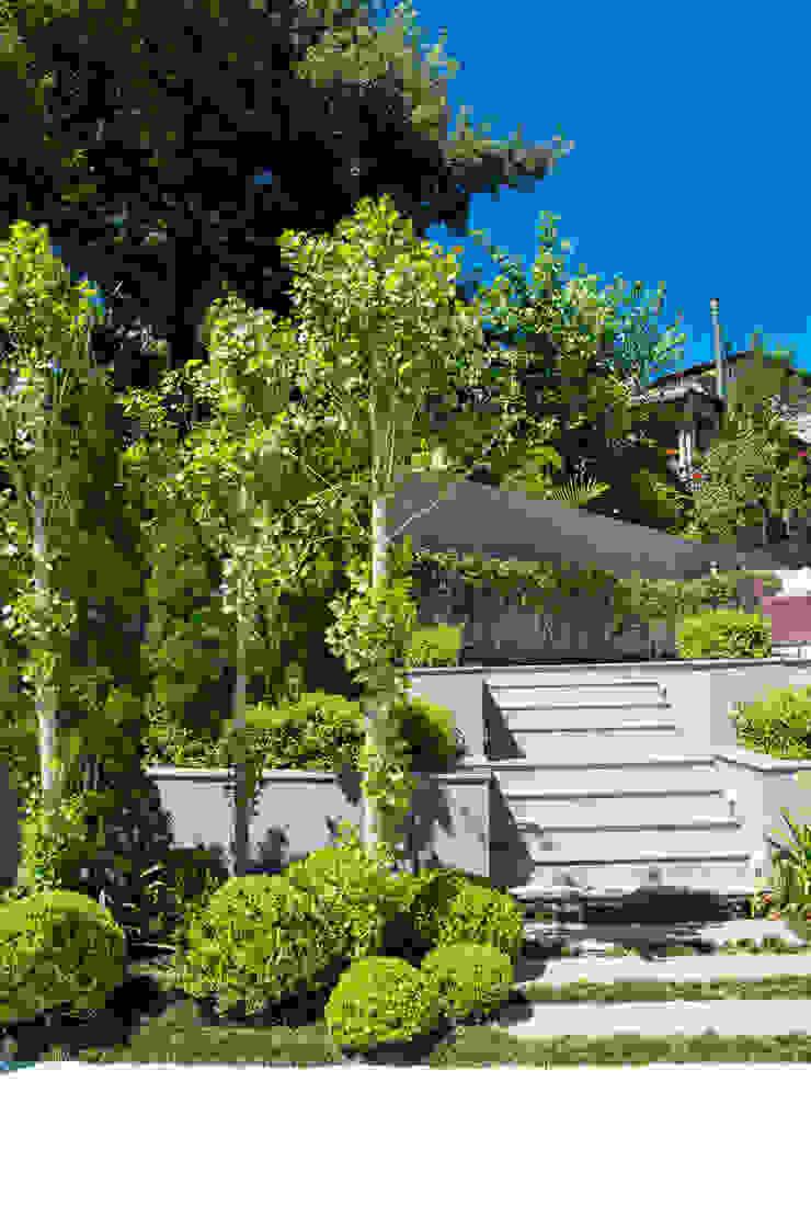 Eklektyczny ogród od Loro Arquitetura e Paisagismo Eklektyczny