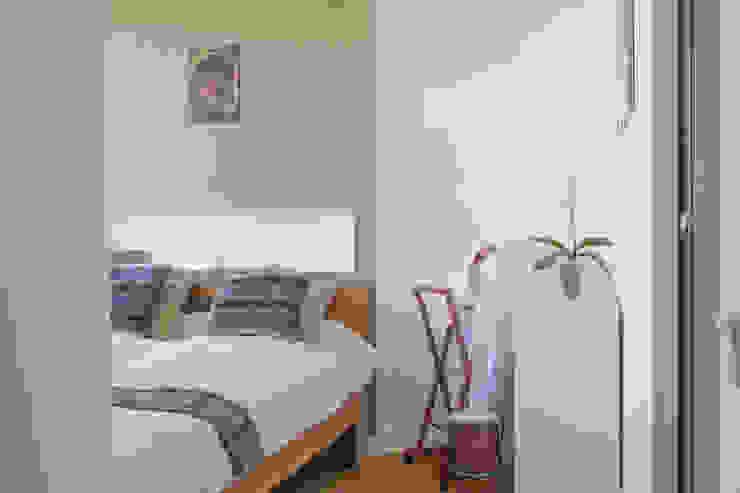 Żoliborski minimalizm Nowoczesna sypialnia od Jacek Tryc-wnętrza Nowoczesny