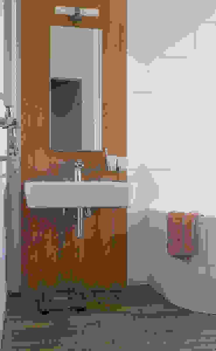 Żoliborski minimalizm Nowoczesna łazienka od Jacek Tryc-wnętrza Nowoczesny