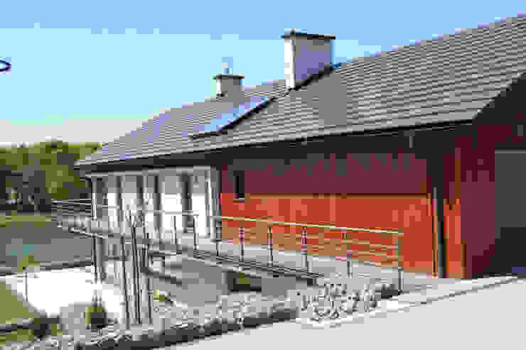 Dom na skarpie nad stawem. Nowoczesne domy od Susuł & Strama Architekci sp. z o.o. Nowoczesny