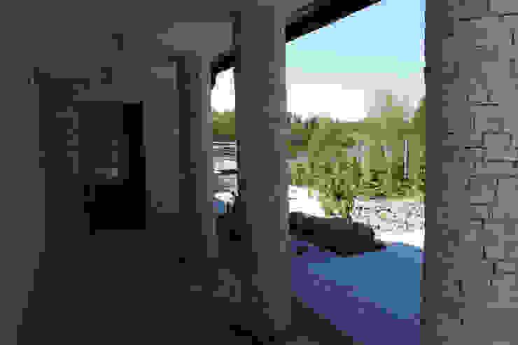 Dom na skarpie nad stawem.: styl , w kategorii Korytarz, przedpokój zaprojektowany przez Susuł & Strama Architekci sp. z o.o.,Nowoczesny