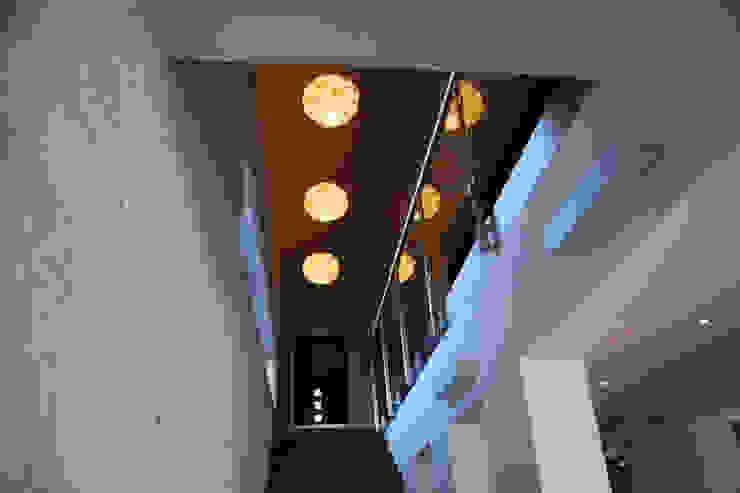 Dom na skarpie nad stawem. Nowoczesny korytarz, przedpokój i schody od Susuł & Strama Architekci sp. z o.o. Nowoczesny
