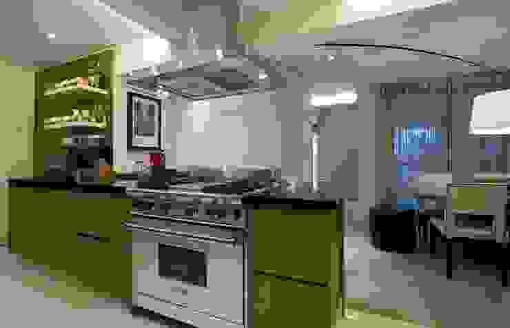 Cozinha semi-industrial Cozinhas clássicas por Ana Menoita Arquitetura e Interiores Clássico