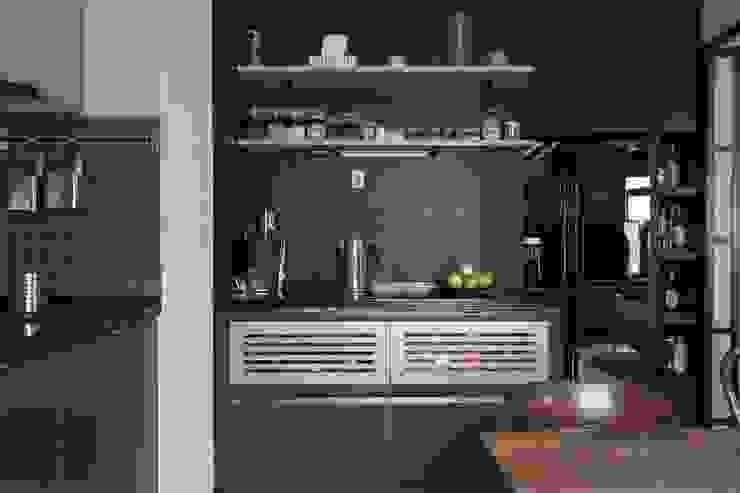 Flat K Кухня в стиле лофт от KOPNA Лофт
