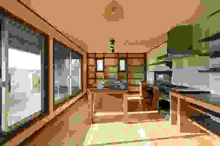 Aziatische keukens van 有限会社 アーキヴィジョン Aziatisch Massief hout Bont
