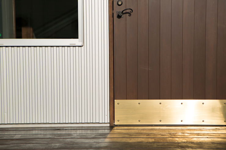 Modern windows & doors by 有限会社 アーキヴィジョン Modern Solid Wood Multicolored