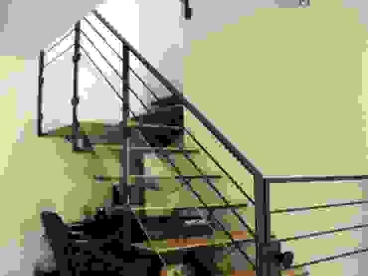 The atypical House Couloir, entrée, escaliers industriels par Agence O² Design Industriel