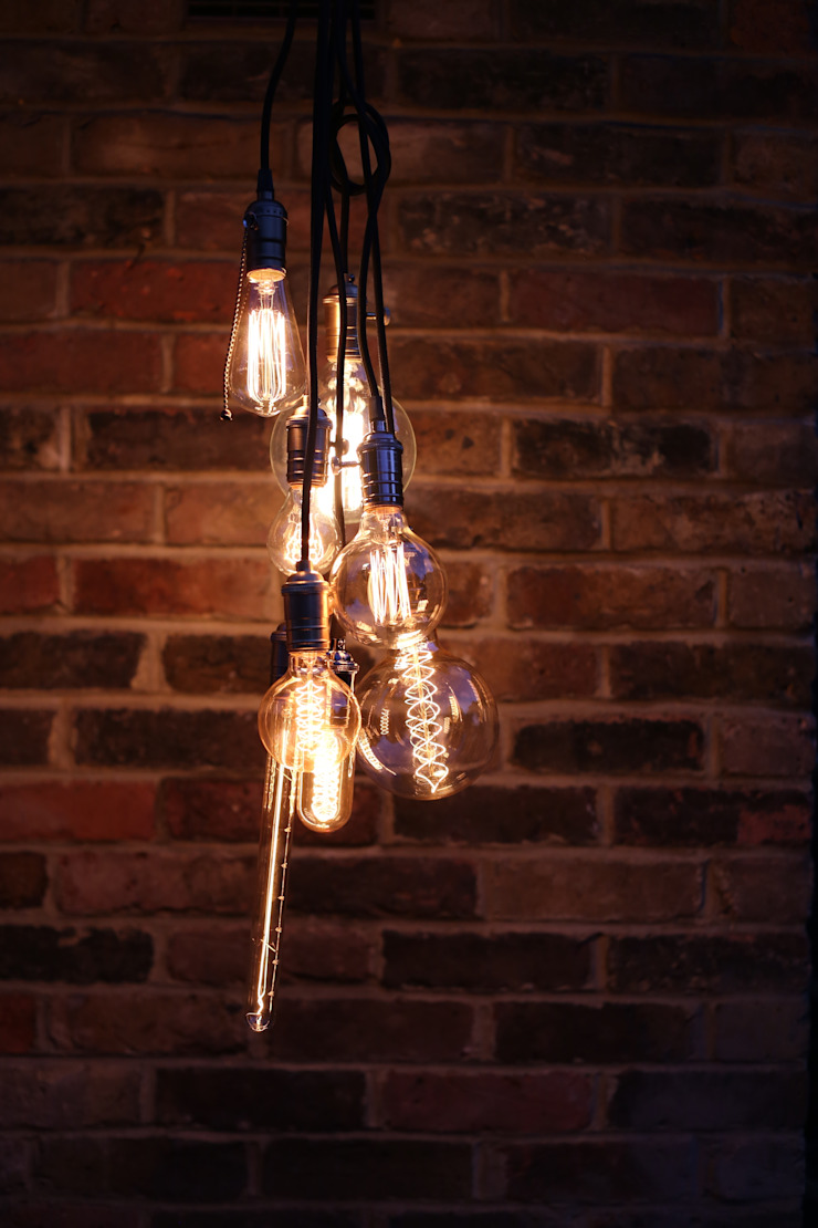Decorative filament light bulbs Casas industriais por William and Watson Industrial