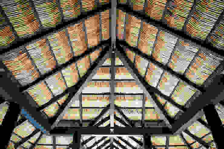 Koridor & Tangga Tropis Oleh Stone Contractors Tropis