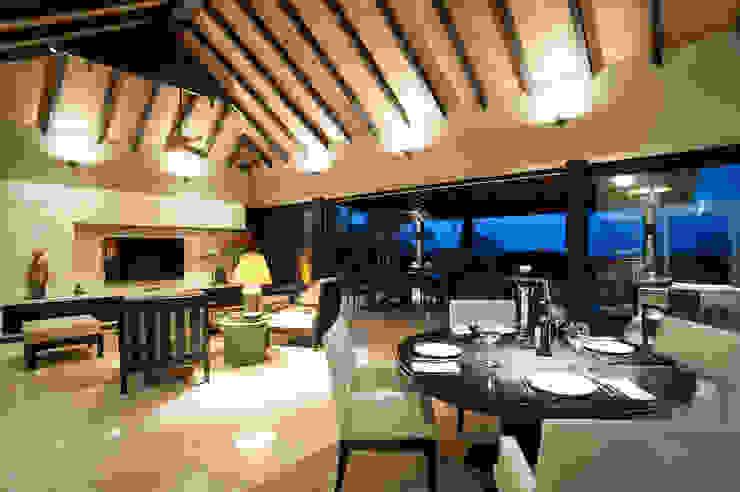 Salas de jantar tropicais por Stone Contractors Tropical