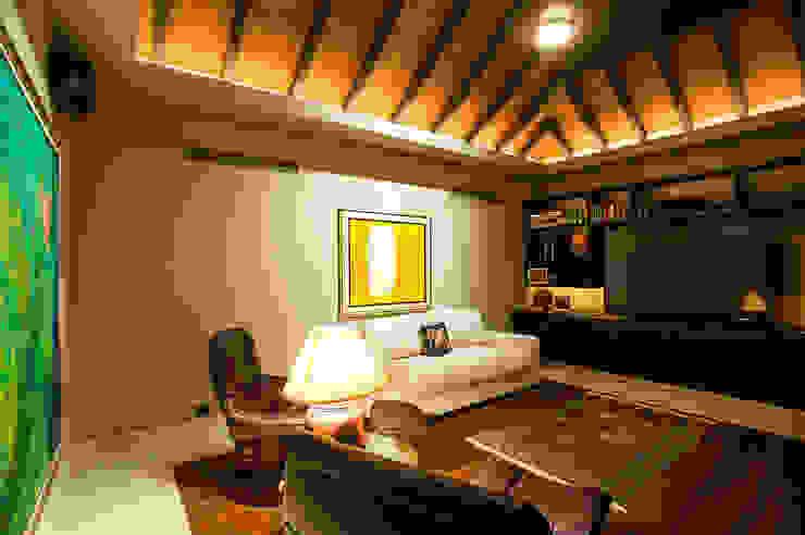 Salas multimídia tropicais por Stone Contractors Tropical