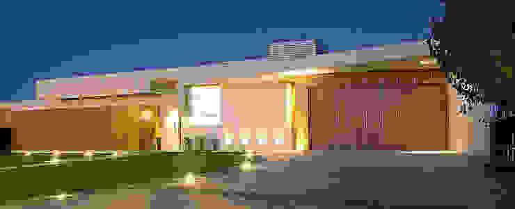 Fachada: Casas de estilo  por METODO33