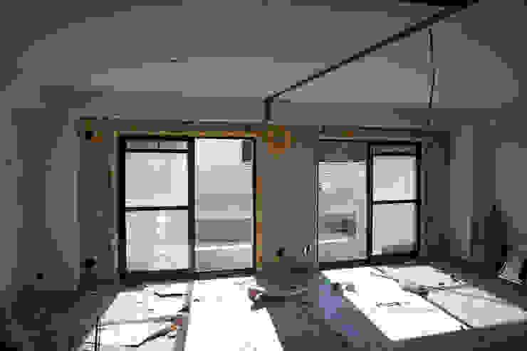 足利のリノベーション 解体中: 鈴木隆之建築設計事務所が手掛けた現代のです。,モダン