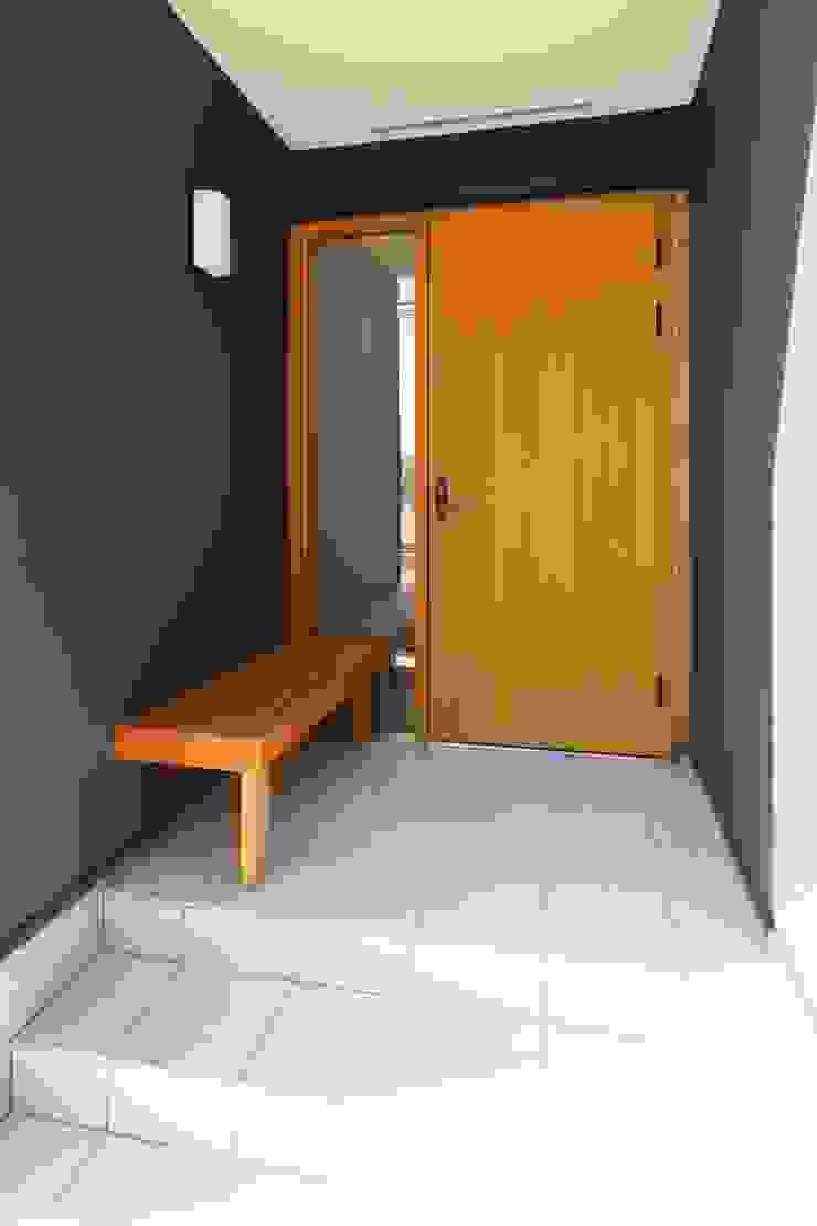 ベンチのある玄関ポーチ シーズ・アーキスタディオ建築設計室 モダンな 家