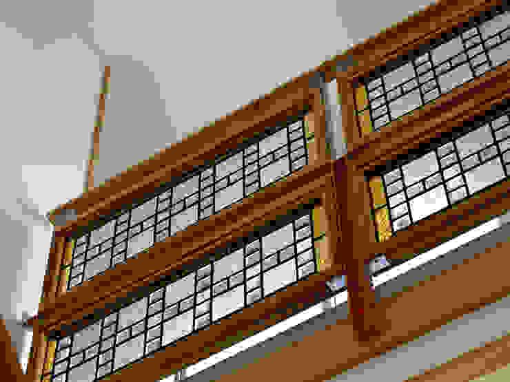 ステンドグラスのブリッジ手すり オリジナルスタイルの 玄関&廊下&階段 の 株式会社SOM(ソム)建築計画研究所 オリジナル 木 木目調