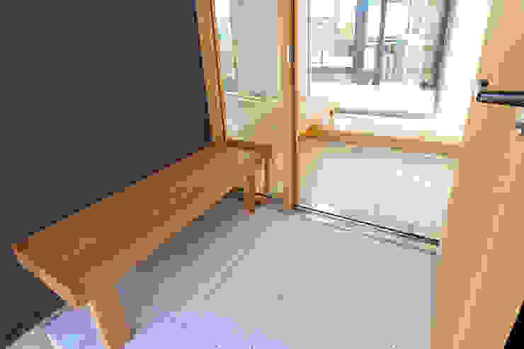 ベンチが内外を連続する玄関 シーズ・アーキスタディオ建築設計室 モダンスタイルの 玄関&廊下&階段