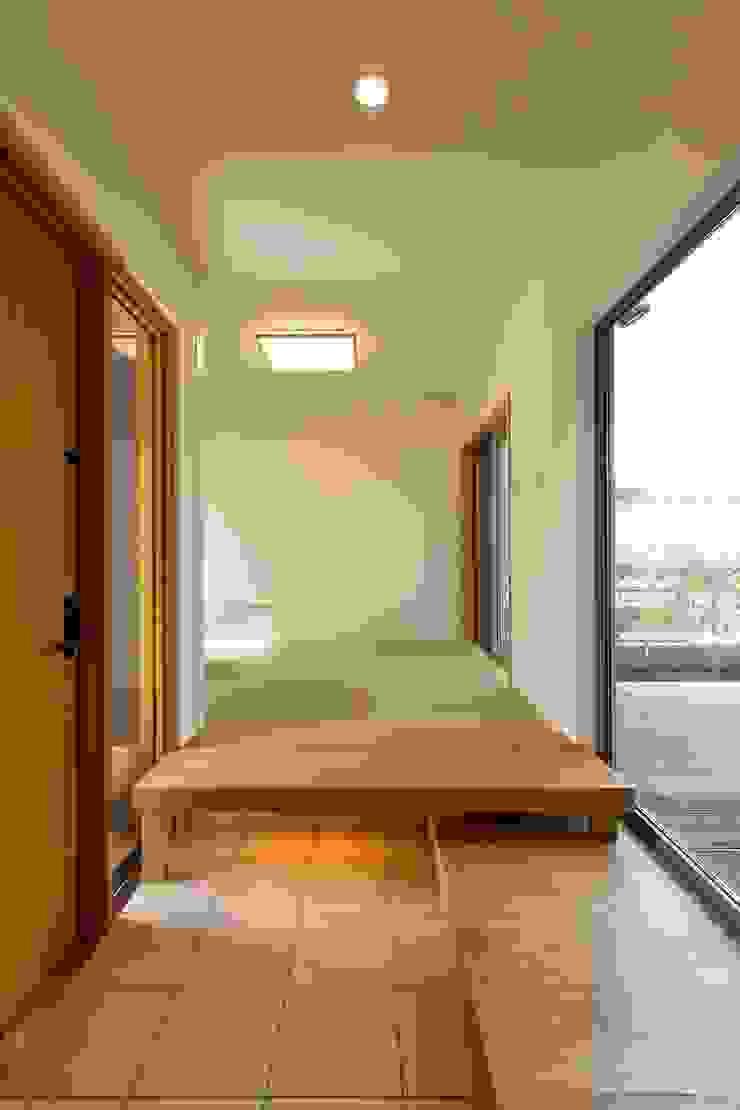 和室とリビングをつなぐ玄関 シーズ・アーキスタディオ建築設計室 モダンスタイルの 玄関&廊下&階段