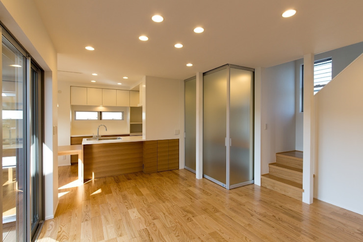 Salas modernas de シーズ・アーキスタディオ建築設計室 Moderno