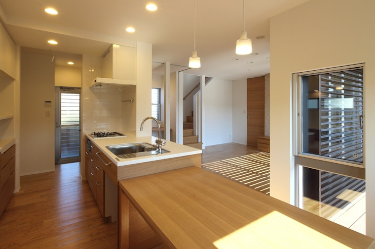 キッチンと連続するダイニング: シーズ・アーキスタディオ建築設計室が手掛けたダイニングです。,モダン