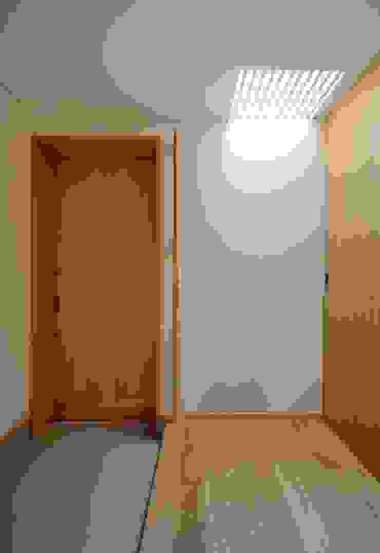 ヒンプンのある家 北欧スタイルの 玄関&廊下&階段 の 岩田建築アトリエ 北欧