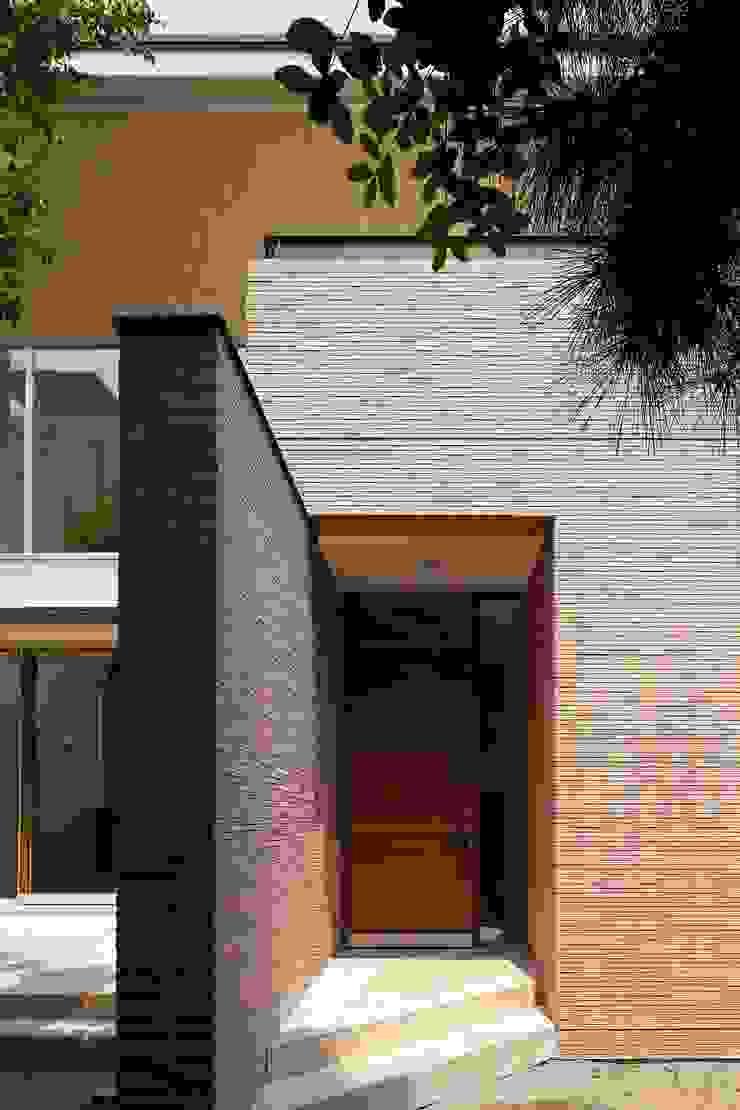 壁に誘われてアプローチする玄関 モダンな 家 の シーズ・アーキスタディオ建築設計室 モダン