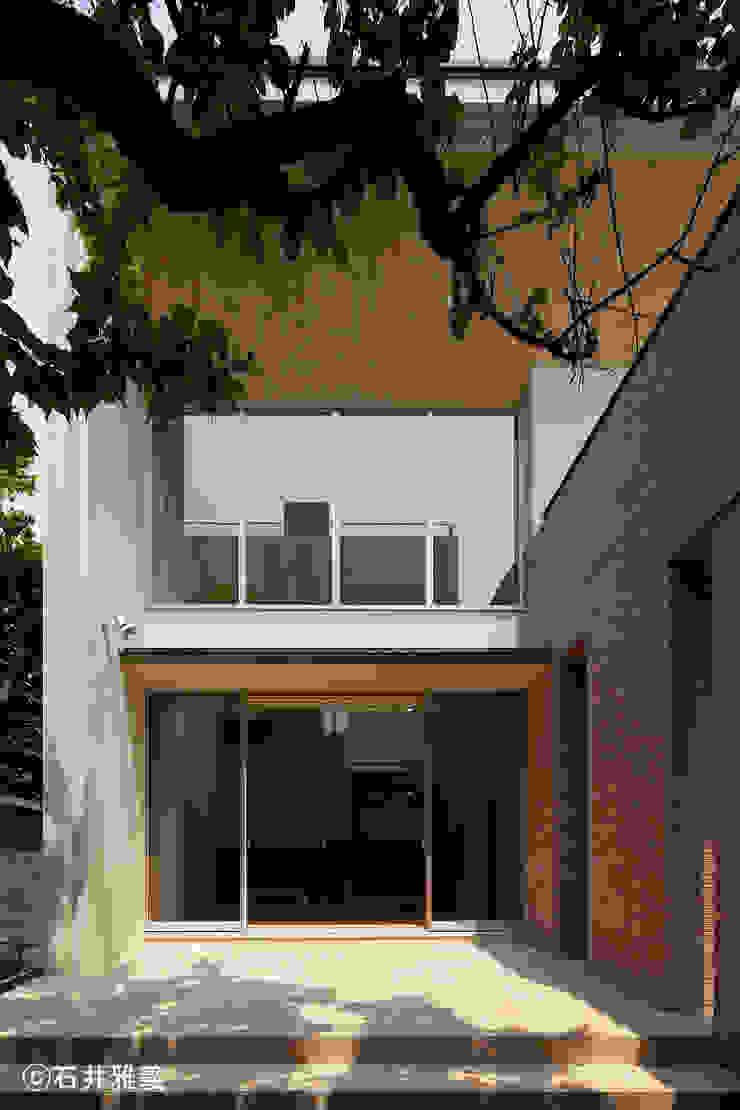 リビングに面したテラス モダンデザインの テラス の シーズ・アーキスタディオ建築設計室 モダン